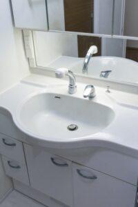 洗面台の洗浄はお任せください。水垢、カビ、鏡の汚れを綺麗に除去してピカピカにします。
